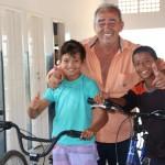 Crianças da comunidade de Pirangi recebe doação de bicicletas do Ex-prefeito Ricardo Araújo.