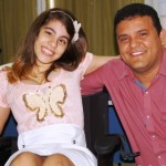 Prefeito Hélio Miranda entrega cadeiras de rodas a deficientes.