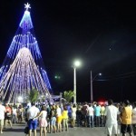 Guamaré ganha árvore de natal gigante e comemora o Natal iluminado com luzes e cores.