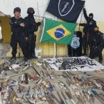 Armas brancas e celulares foram apreendidas durante intervenção nesta sexta (27).