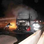 Carreta pega fogo em um viaduto em Mossoró.