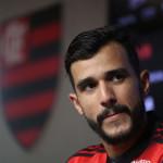 Henrique Dourado veste a 19 do Flamengo e chega no clube para fazer uma nova história